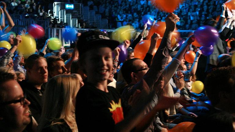 Publiken viftar med ballonger. Foto: Marie Schnell / P4 Skaraborg Sveriges Radio
