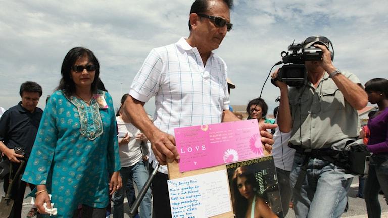 Annis föräldrar Vinod och Nilam Hindosha på den plats där deras dotter sköts till döds Foto: AP/TT