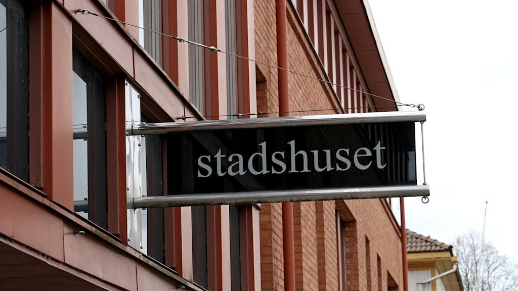 Skylt på väggen till stadshuset i Lidköping. Foto: Marie Schnell / P4 Skaraborg Sveriges Radio