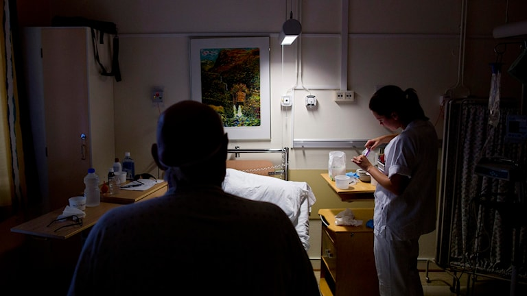 Sjuksköterska och patient på sjukhusrum. Foto: Tore Meek / TT