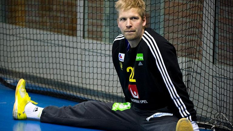 Handbollsmålvakten Johan Sjöstrand sitter på golvet i målet. Foto:Foto: Claudio Bresciani / TT.