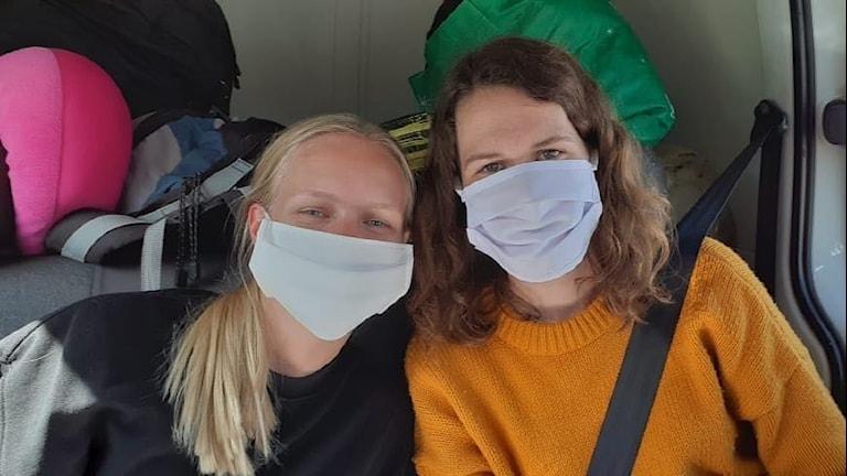 Rebecka Fleur, Mariestad och Wilma Lorentzon, Lerdala sitter i baksätet på en bil med ansiktsmasker.