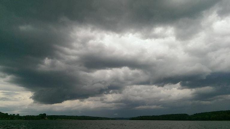 Dramatiska fgrå moln över sjö. Foto: Gunilla Margareta Larsson.