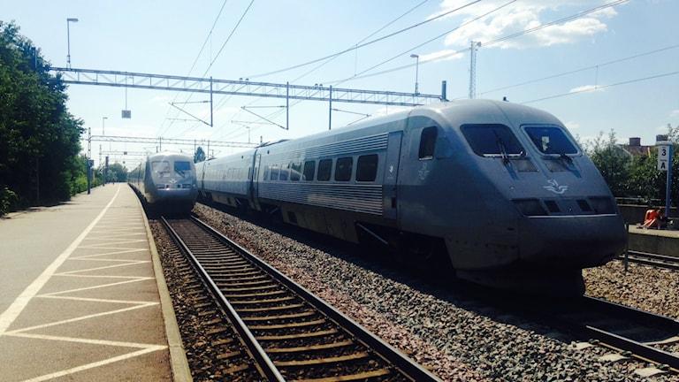 Flera gånger i månaden tvingas tåg stanna på järnvägen för att obehöriga personer befinner sig på spåren.