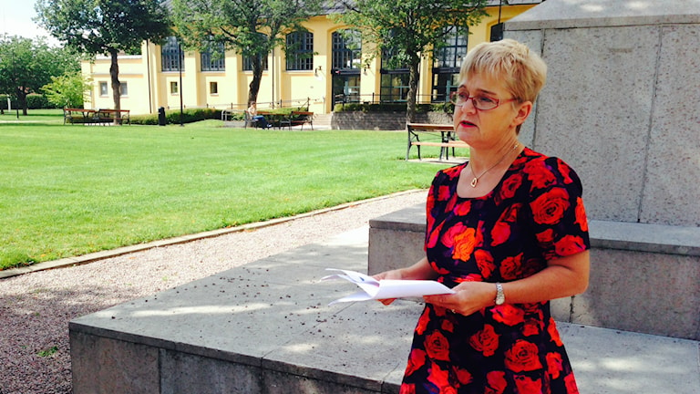 Monica Green framför Högskolan i Skövde