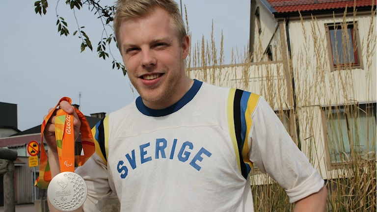 Linus Karlsson med sin skinande silvermedalj som han tog vid Paralympics i Rio.