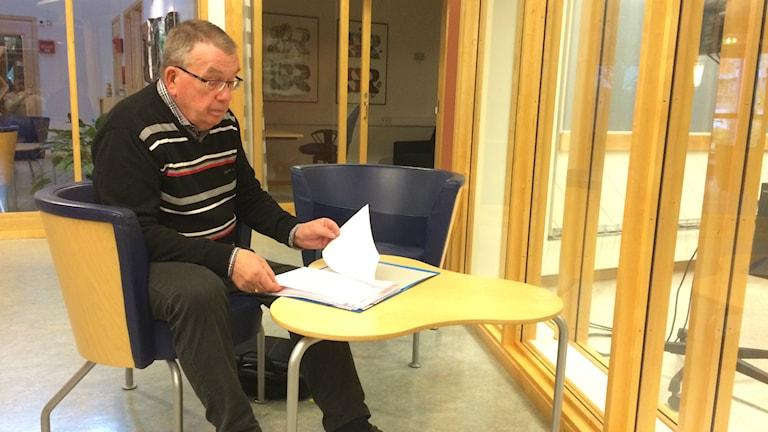 Bengt Sjökvist sitter och tittar i papper. Foto: Mats Öfwerström / Sveriges radio