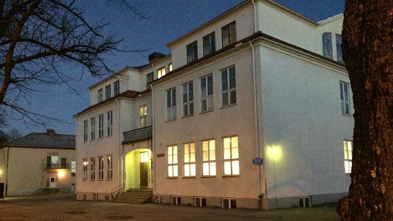 Centralskolan i Töreboda i morgonljus. Foto: Mats Öfwerström / Sveriges radio