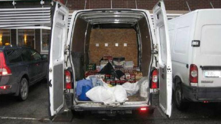 Skåpbil med smuggelsrpit i lasten. Foto: Polisen
