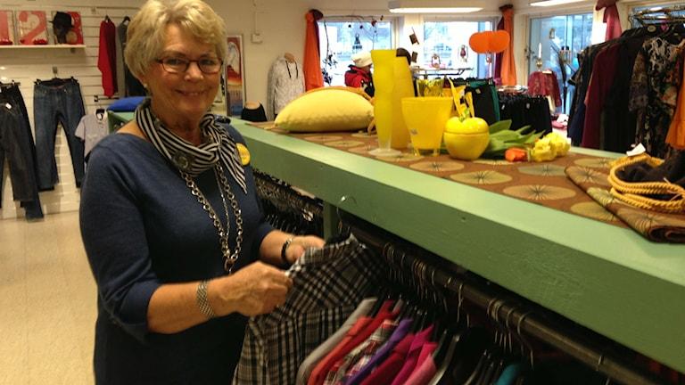 Anita Lundquist på Gengåvan secondhandbutik i Skövde. Foto: Jenny Josefsson P4 Skaraborg Sveriges Radio