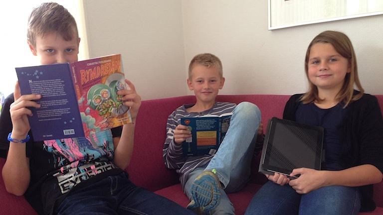 Vincent, Ludvig och Ella tipsar om bra läsning. Foto: Petra Dydiszko, P4 Skaraborg/Sveriges Radio
