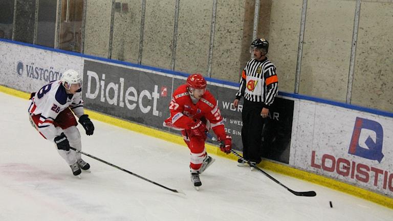 Johan Erkgärds och hans kedjekamrater Jesper Hultman och Mikael Persson-Riis var matchens dominanter i storsegern mot Surahammar. Foto: Jens Prytz, P4 Skaraborg Sveriges Radio.