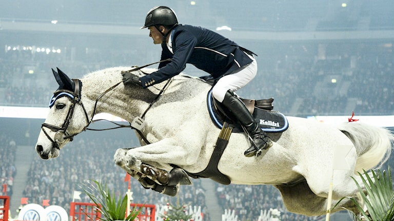 Ryttaren Johan Lundh hoppar i Friends Arena med hästen Miebello