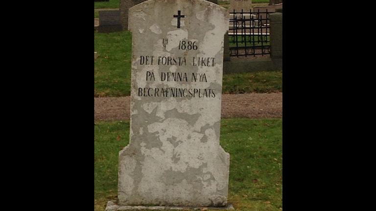 """En gravsten har texten """"det första liket på denna begravningsplats"""" förbryllar besökande på södra begravningsplatsen i Mariestad."""