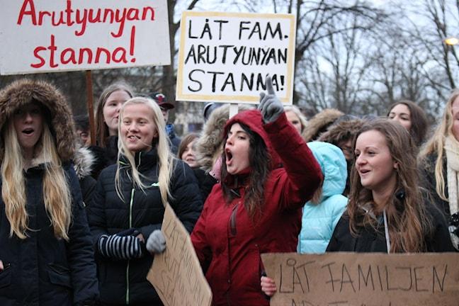 """Demonstranter med plakat med texten """"Låt familjen Arutyunyan stanna"""". Foto: Marie Schnell / Sveriges Radio"""