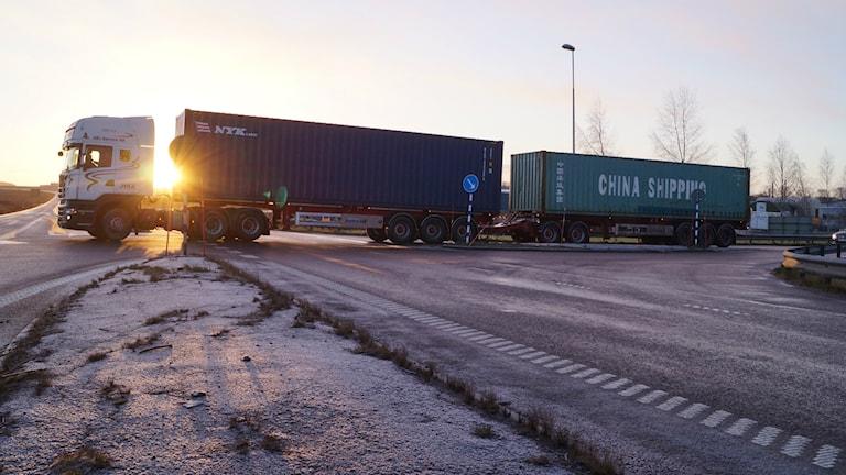 Extra lång lastbil i trafik