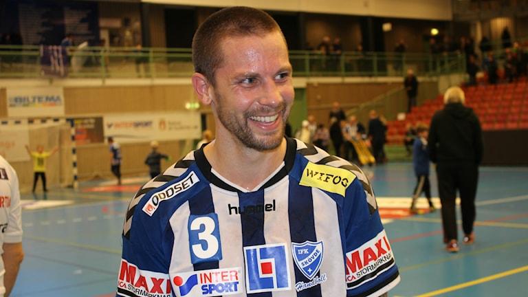 Rasmus Wremer hade nära till ett skratt efter den sköna segern mot Malmö. Foto: Jens Prytz, P4 Skaraborg Sveriges Radio.