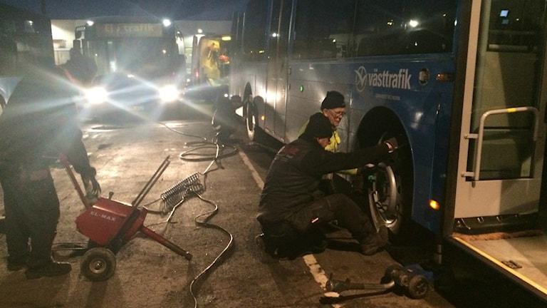 buss med sönderskuret däck
