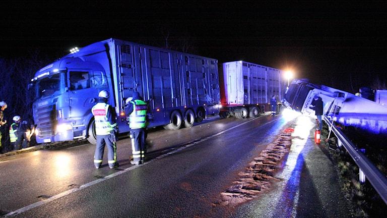 En lastbil ligger i sidan i diket, en annan blockerar vägen. Foto: Torbjörn Axelsson.