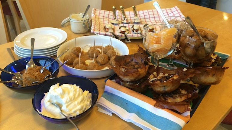Det färdiga resultatet. Här hittar vi pepparkaks- och ädelostbollar och varmrökt lax med hjortronsås. Foto: Mats Öfwerström / Sveriges Radio