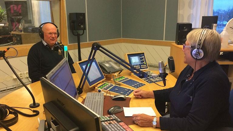 Bertil Rosén och Margareta Lilja i studion. Foto: Mats Öfverström/P4 Skaraborg Sveriges Radio