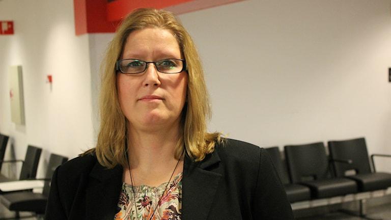 Ordföranden Ingela Fagerstöm i Tibro IK är bedrövad över att föreningen tvingats lägga ner ungdomlag på grund av spelarbrist. Foto: Jens Prytz, P4 Skaraborg Sveriges Radio.