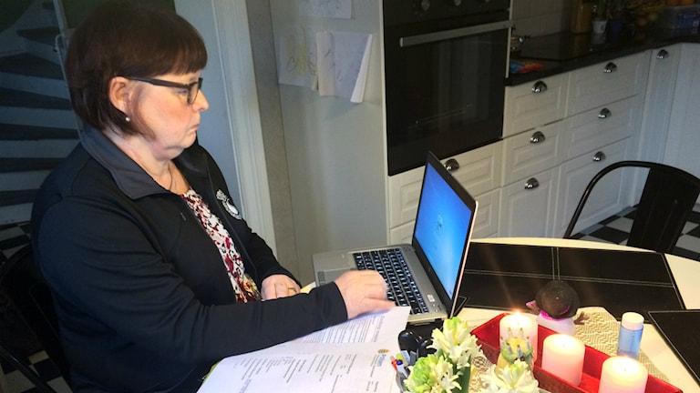 Polisförbundets ordförande sitter vid en dator