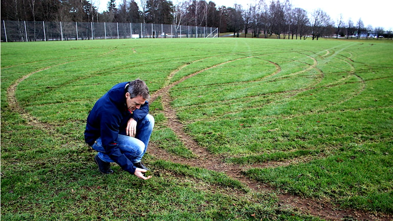 Anders Lind, IFK Skövde, sitter på marken och tittar på den förstörda planen