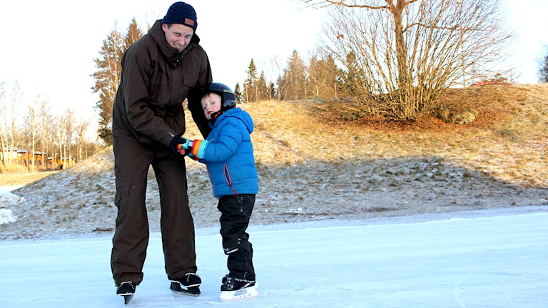 Vilmer Ljungmark och Tobias Ljungmark åker skridskor. Foto: Marie Schnell / Sveriges Radio