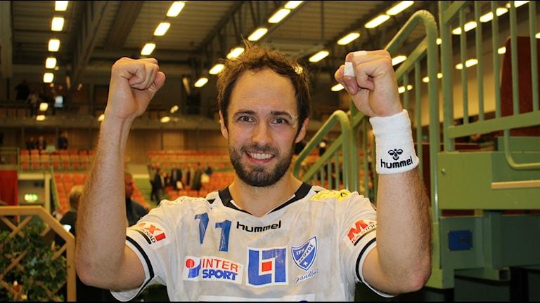 Kristian Svensson nöjd niomålsskytt i Skövde efter segern mot Alingsås. Foto Tommy Järlström P4 Skaraborg Sveriges Radio.