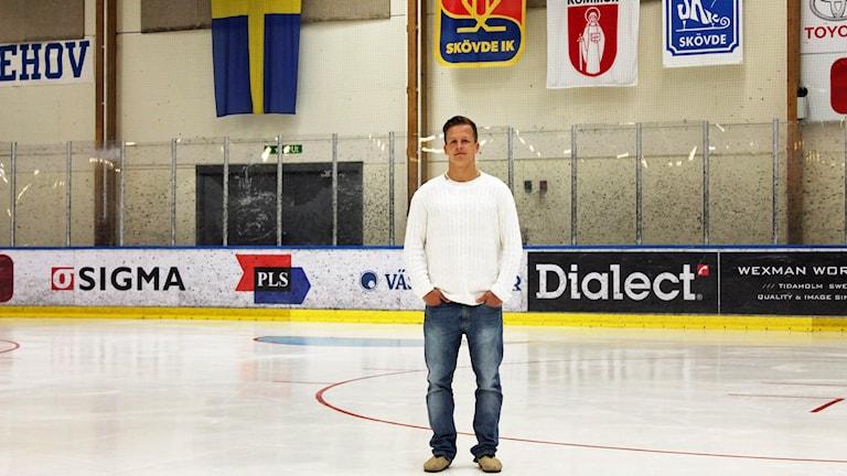 Max Friberg stående på isen på Billingehov i Skövde. Foto: Richard Hermansson /Sveriges Radio.