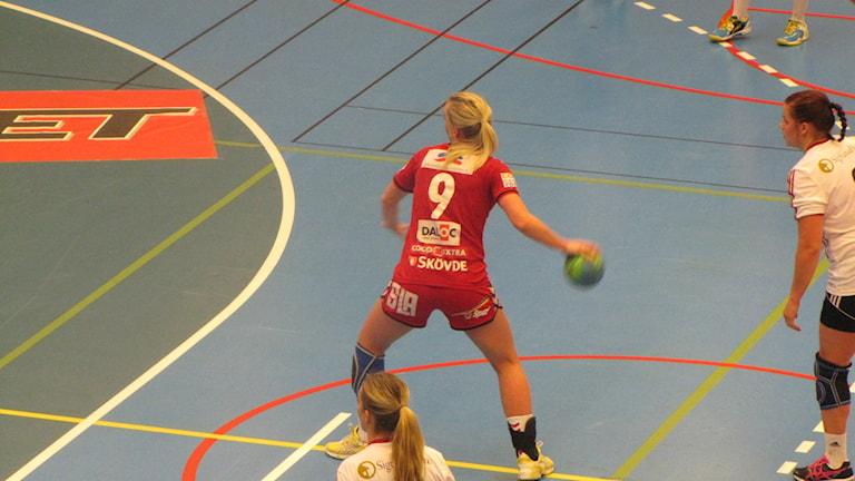 Skövde HF (rött) hade inga problem med sitt målskytte. Här ser ni Malin Larsson vid ett straffkast. Foto: Andreas Johnsson, Sveriges Radio P4 Skaraborg.