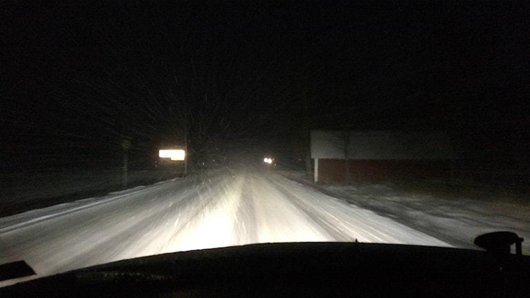 Det var besvärligt på vägarna under morgonen. Så här såg det ut på väg 200 utanför Väring i morse. Foto: Mats Öfwerström / Sveriges Radio