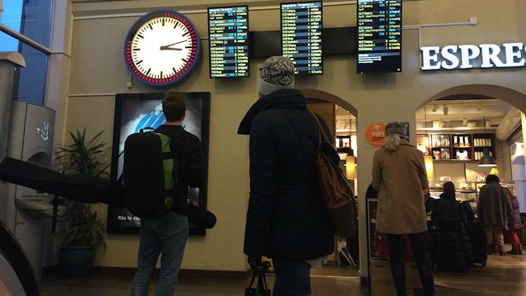 De flesta avgångar från resecentrum i Skövde var kraftigt försenade på eftermiddagen. Foto: Mats Öfwerström / Sveriges Radio