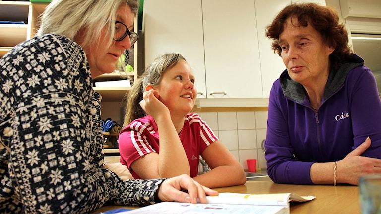 Klassföreståndaren Catharina Skoog, femteklassaren Cordelia Albien Frick och Kristina Adolfsson. Foto: Carin Fock / Sveriges Radio.