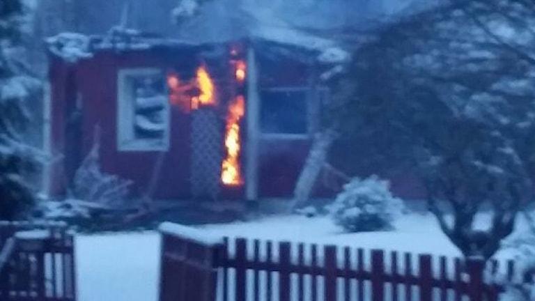 Bild av det brinnande huset. Foto: Räddningstjänsten