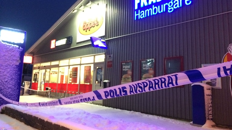 Polisen har spärrat av utanför butiken där rånet skedde. Foto: Mats Öfwerström P4 Skaraborg