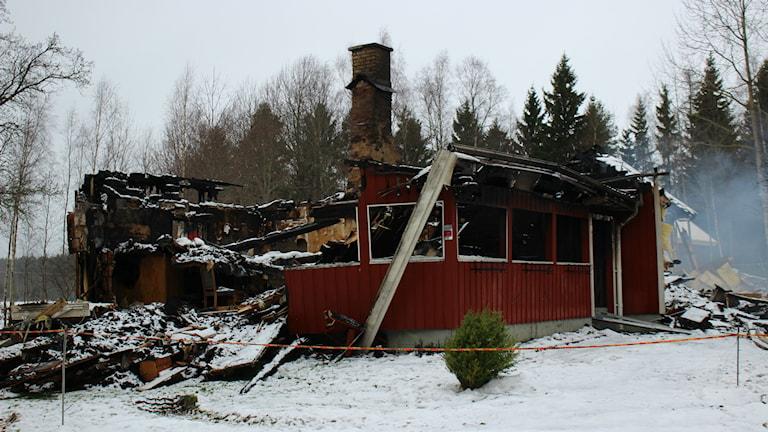 Två dagar efter branden så pyr det fortfarande i brandresterna från den totalförstörda villan. Foto Jens Prytz, P4 Skaraborg Sveriges Radio.