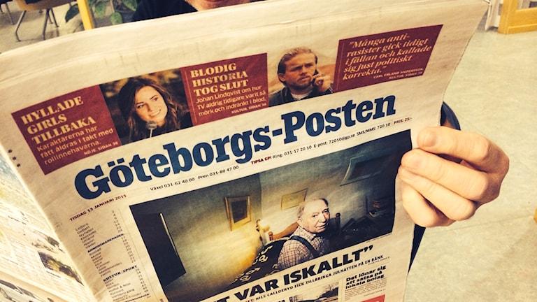 En person läser Göteborgs-Posten. Foto: Marie Schnell / Sveriges Radio