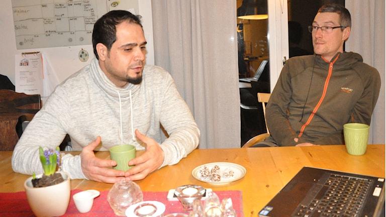 Abdul Alsaadi från Syrien kom till Sverige för ett år sedan. Simon Fogelqvist är flyktingguide. Foto: Henrik Dammberg / Sveriges Radio