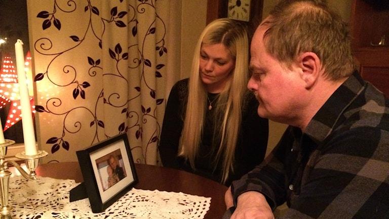Jenny och Göran Andersson kämpar dagligen med sina känslor efter mordet på deras bror och son. Inte minst handlar det om hatkänslor mot gärningsmannen. Foto: Mats Öfwerström