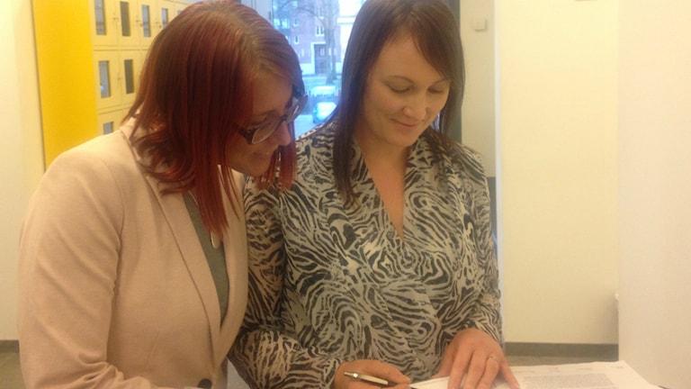 Åklagare Sabina Halvarsson och Sofia Karlsson utanför rättssalen Foto: Pernilla Wadebäck, P4 Skaraborg