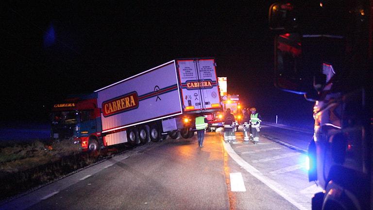 Lastbilshytt ute på fält, släpet delvis kvar uppe på vägbanan. Foto: Torbjörn Axelsson.