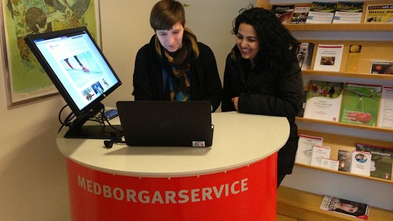Christina Mikkelä Björnberg och Agda Moamer i Södra Ryd. Foto: Jenny Josefsson P4 Skaraborg Sveriges Radio