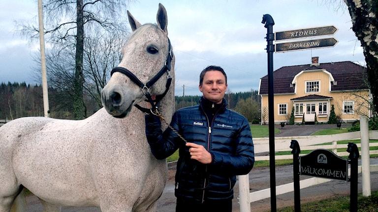 Johan Lundh med hästen Miebello vid hästgården utanför Floby. Foto: Petra Dydiszko, P4 Skaraborg/Sveriges Radio