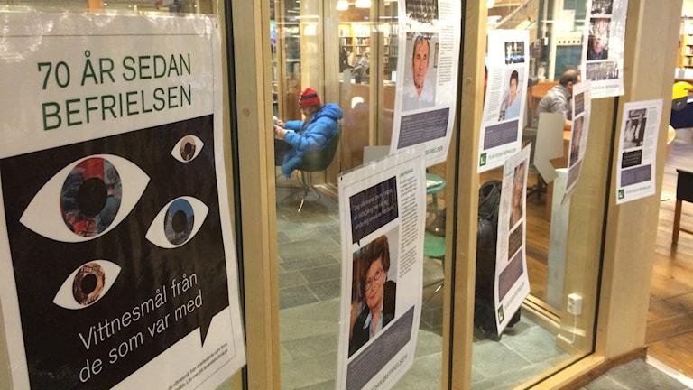 På stadsbiblioteket i Skövde kan man ta del av överlevandes berättelser.