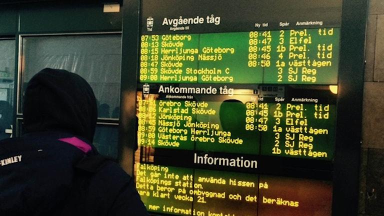 Ett elfel gjorde att tågtrafiken stod still på västra stambanan under morgonen, vilket syns på tidtabelltavlan. Foto: Emilie Lindholm P4 Skaraborg.