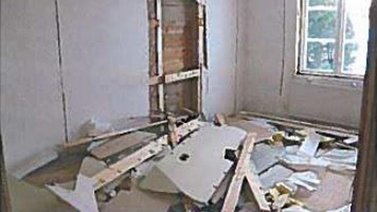Inne i huset hade snitt sågats i alla väggytor och en del takskivor rivits ner. Foto: Ur förundersökningen
