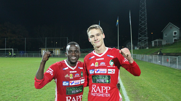 Bubacarr Jobe och William Granath glade målskyttar i SAIK. Foto Tommy Järlström P4 Sveriges Radio.