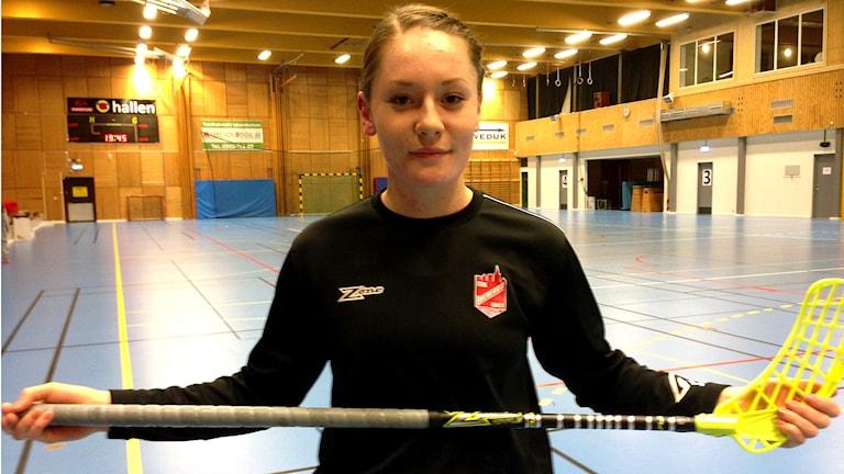 Ellen Nyman spelar trots sina ringa 14 år innebandy i division 1. Foto: Petra Dydiszko, P4 Skaraborg / Sveriges Radio